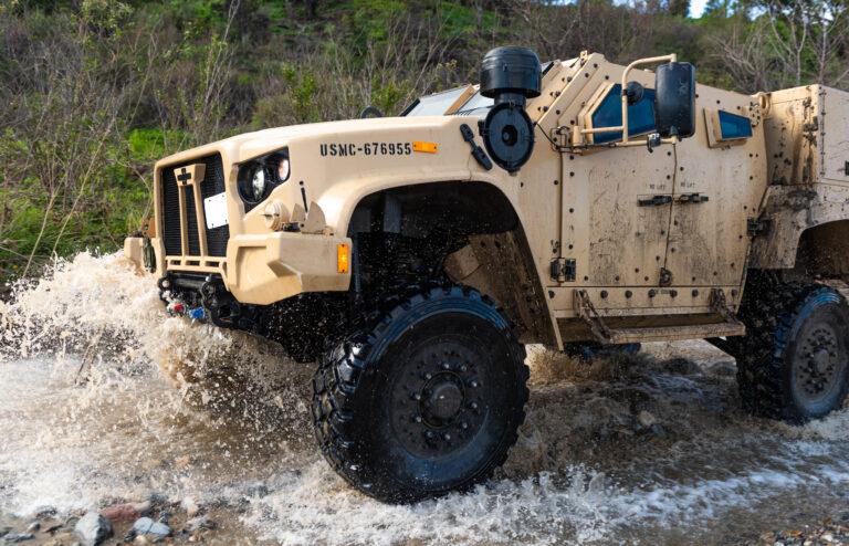 Pifias de la industria militar norteamericana: El ejército de EE. UU. Ni siquiera rastrea cuántas armas pierde, y ha perdido miles - Página 2 USMC-JLTV-splashes-through-water-140117-M-VM429-0070-768x494